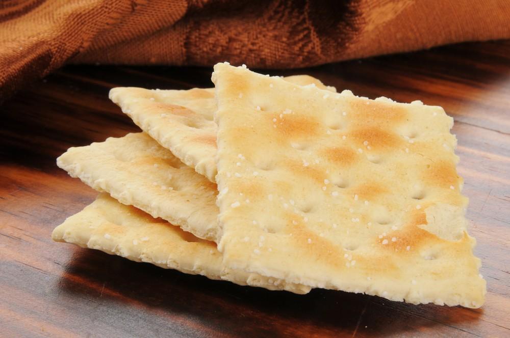 一般都建议以咸饼干治疗恶心和消化不良。
