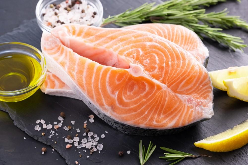 三文鱼含高蛋白质,并有抗炎奥米加脂肪酸,并容易消化的鱼类。