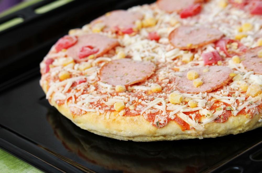 披萨含有芝士、腌制肉类、蕃茄酱等,加起来可能累积了不少钠,因此冷冻披萨或对高血压人士来说,是个差的食物选择。