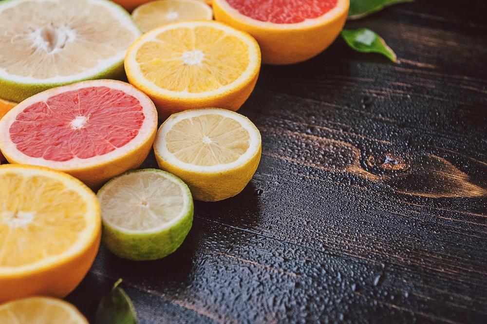 柑橘类水果含有大量维他命C,有助强化免疫系统,并有助保持皮肤滑嫩,及弹性。