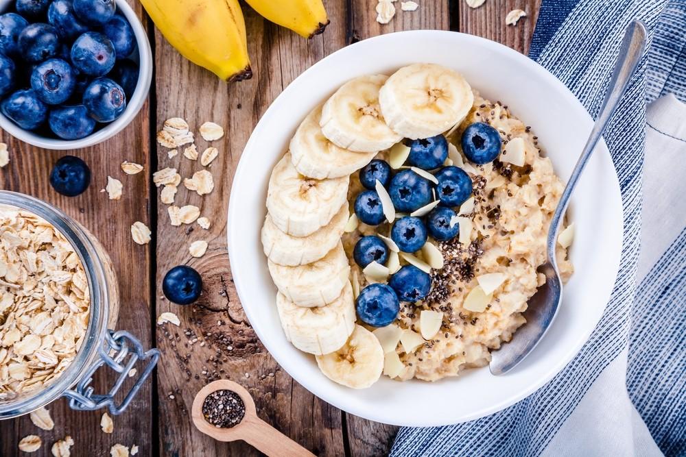 燕麦,一般以燕麦粥的形式进食,为一个受欢迎的早餐选择,低卡又含丰富纤维,尤其是可溶性纤维,β-葡聚糖。
