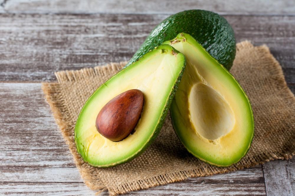 葵花籽、杏仁、菠菜和牛油果,都含有充足的维他命E。