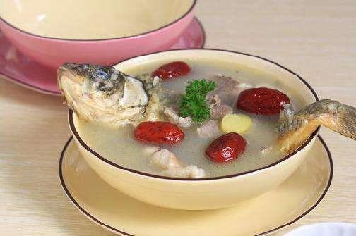 苹果雪耳生鱼汤功效:清胃肠积热,除痰咳,润肤。