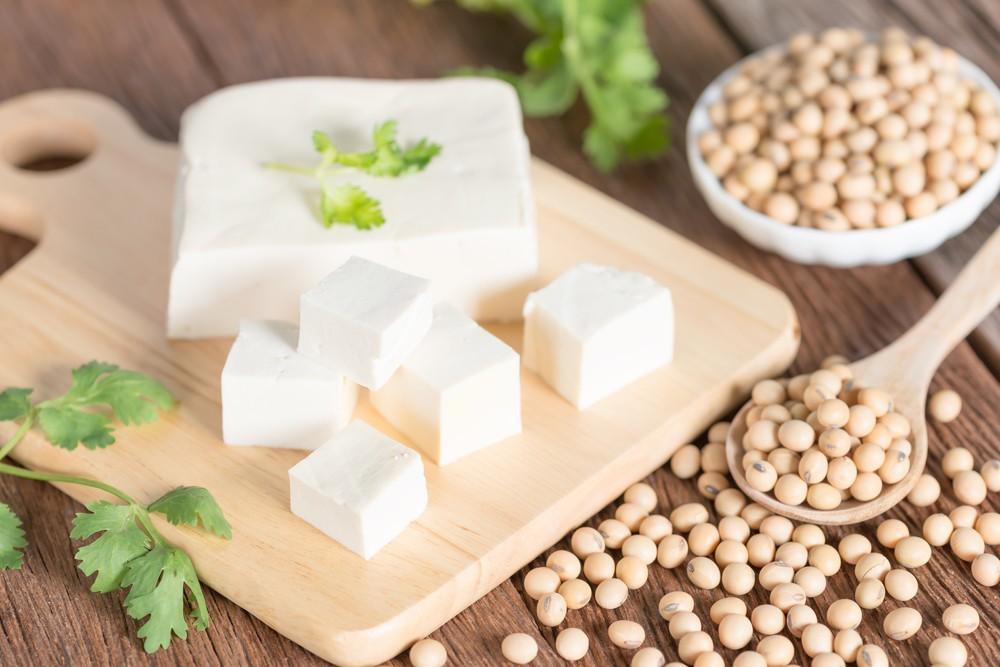 豆腐含丰富植物性蛋白质,也含有大量植物性雌激素,大部分为异黄酮。