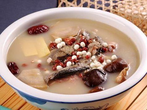 赤小豆粉葛鲮鱼汤有助清热。