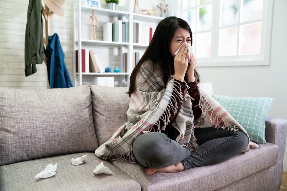 过敏性鼻炎的患者,可能出现以下的鼻征状:打喷嚏、流鼻水、鼻塞、鼻子发痒、嗅觉迟钝、鼻黏膜溃烂、鼻子发热等。