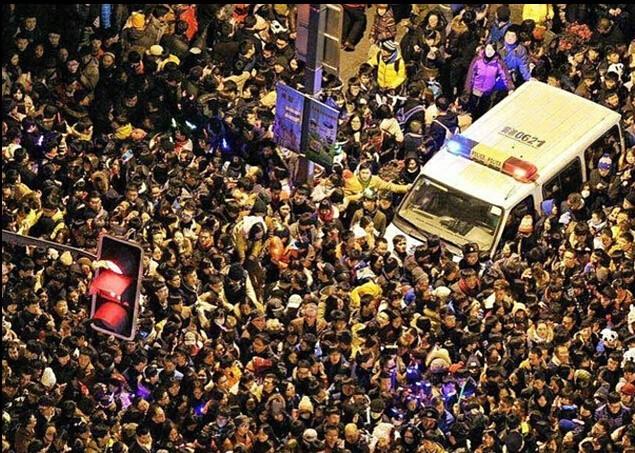 上海倒数人踩人惨剧。