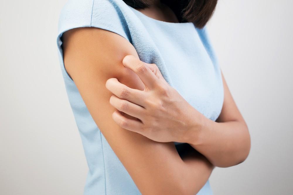 冬天天气干燥,不少人都有皮肤干燥的问题,甚至会痕痒、脱屑,并出现红疹和敏感。