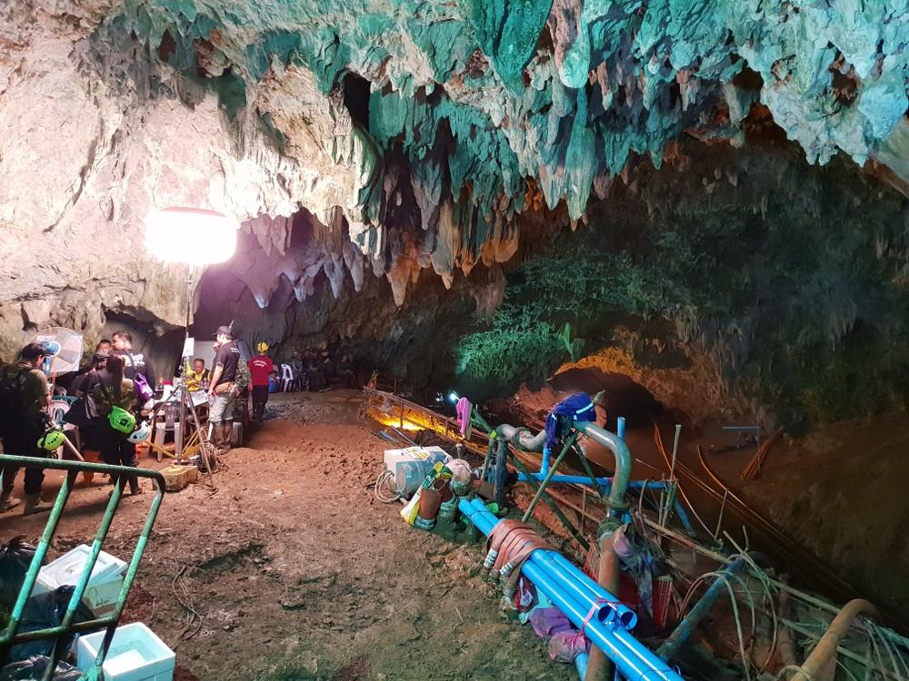 去年6月,泰国清莱府12名足球队少年和教练进入睡美人洞探险,怎料暴雨令洞内水位上涨,他们因而受困。
