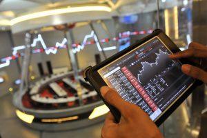 Seorang jurnalis mengamati pergerakan Indeks Harga Saham Gabungan (IHSG) di Bursa Efek Indonesia, Jakarta, Selasa (22/7). Menjelang pengumuman pemenang pilpres oleh KPU, IHSG tercatat terkoreksi tajam 43,6 poin atau 0,85 ke level 5.083,52. ANTARA FOTO/Puspa Perwitasari/nz/14