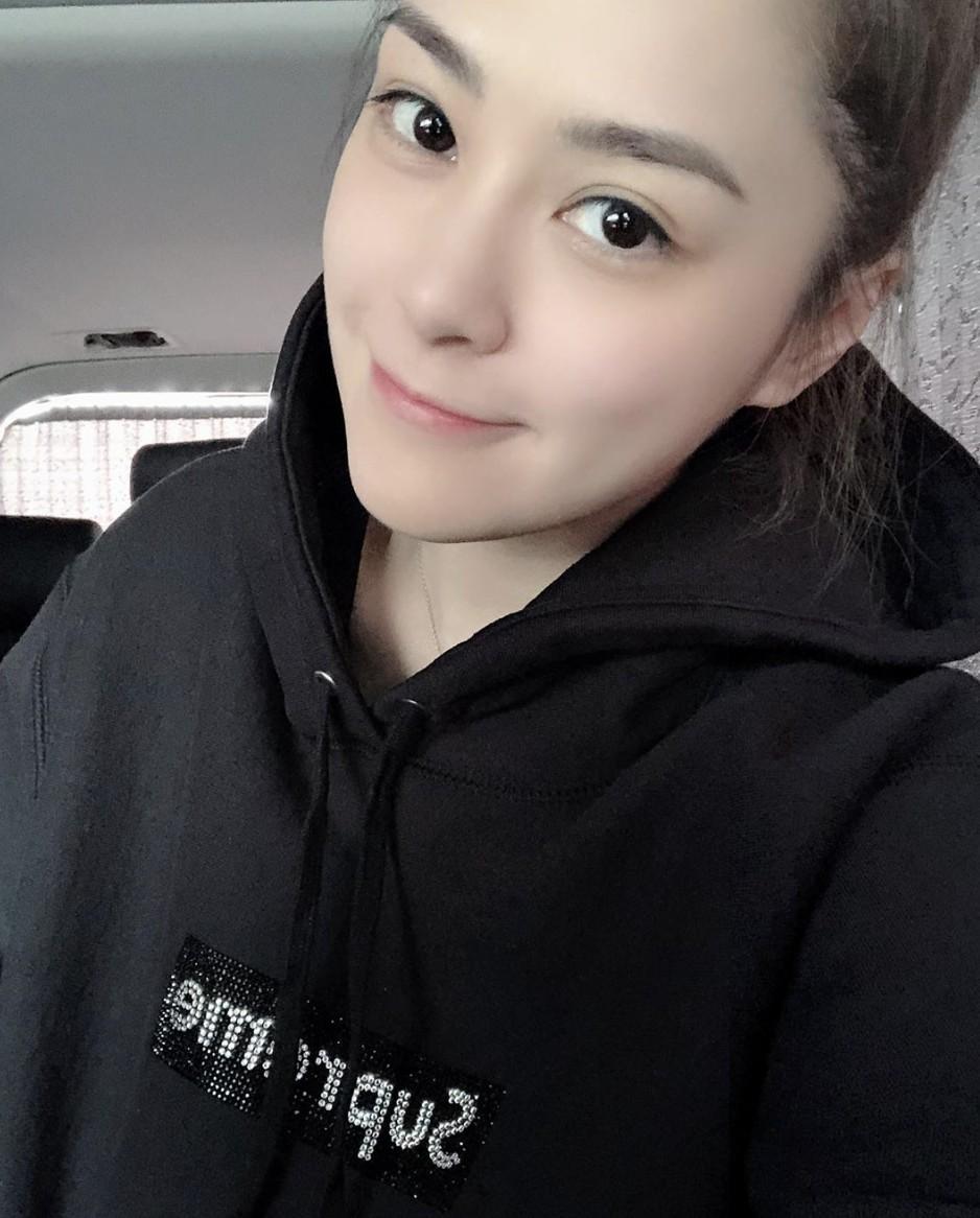 鍾欣潼(阿嬌)抖音睇直播豪使4萬打賞小鮮肉!原來這名直播主來頭不小!