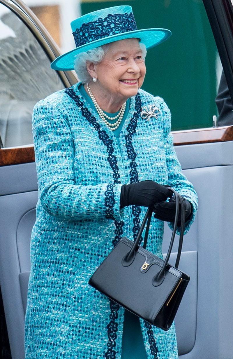 英女王跟助手的秘密:手袋打暗號!