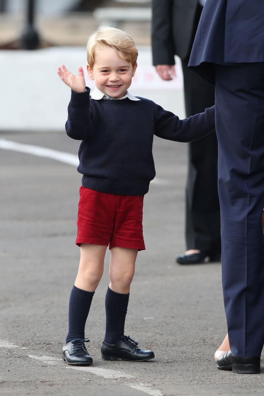 喬治小王子登場,幾乎都是以可愛的小短褲配上長襪亮相
