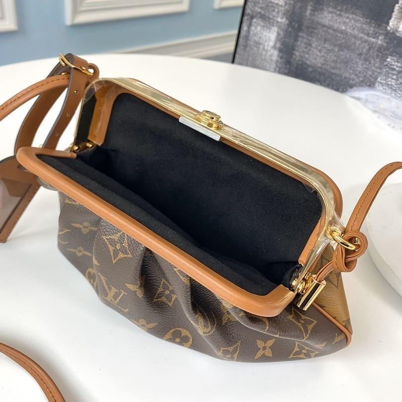手袋的尺寸為30.0 x 5.5 x 12.0cm,容量絕對是非常剛剛好,可以完全裝得下女生的日常隨身用品,就算你本身是用長錢包的女生,都可以全裝得下!