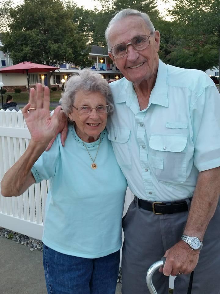 【感動愛情】九旬伯伯親製紙牌慶結婚紀念,示愛被隔離失智症妻「我愛你67年,至今依舊!」