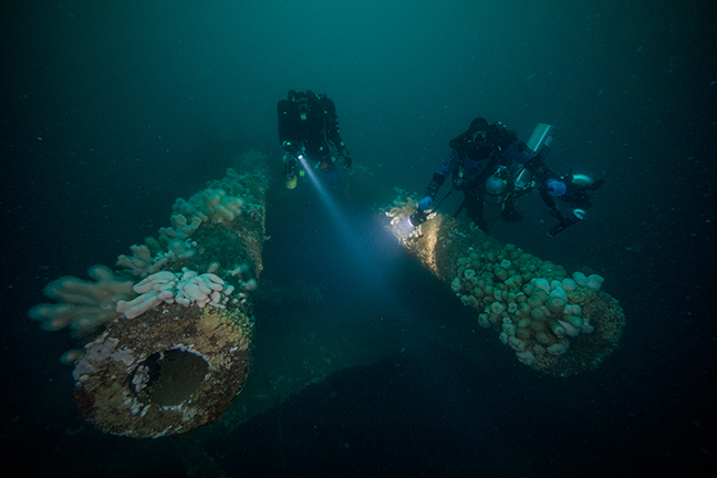 14-_hms_invincible_x_turret_with_divers