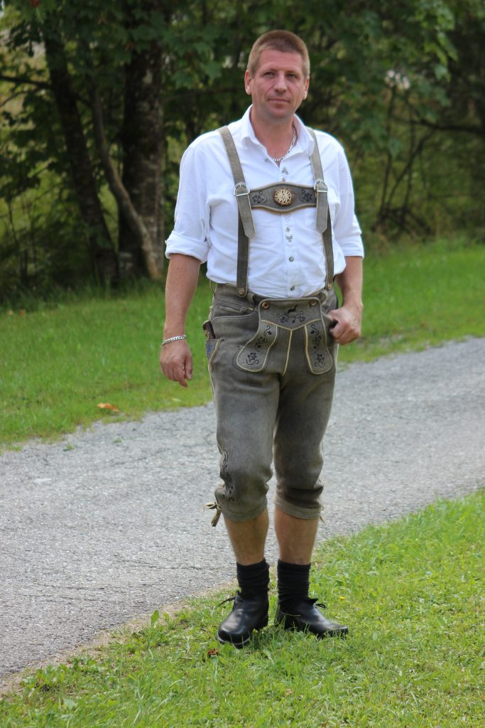 A man in lederhosen. Image by Usien on Wikimedia Commons.
