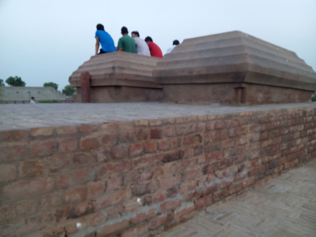 burial chambers of followers of Khwaja Khizar