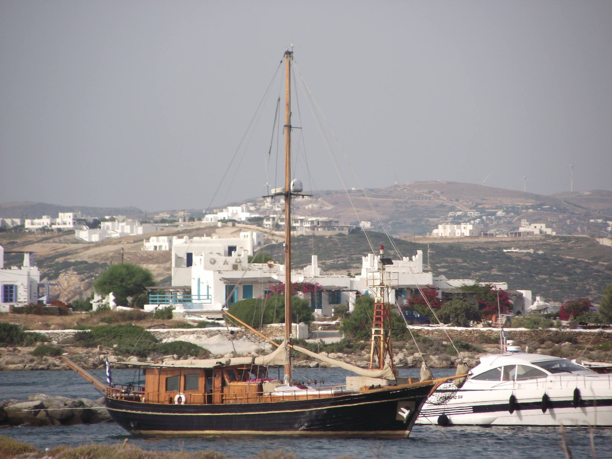 Parikia_harbour_in_the_island_of_Paros_photo_by_Julia_Marmotti