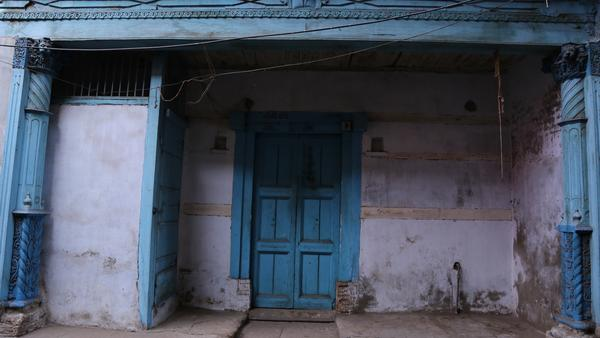 ahmedabad-blue-seems-to-be-their-favourite-colour-a-typical-house-in-a-pol%0a