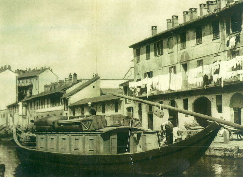 Trasportation of commercial goods on the Boffalora Naviglio in 1886. Photo credit: Wikimedia Commons