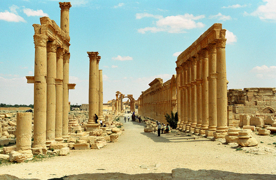 The central colonnade with the Monumental Arch