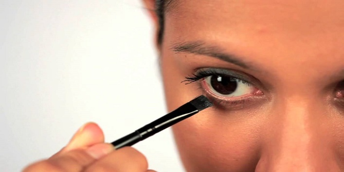 how to use these makeup brushes to get perfect smoky eyes 3