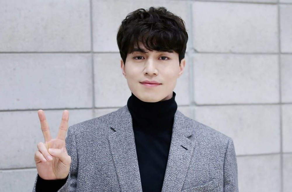 Lee-Dong-Wook-Peace-Sign-1024x675