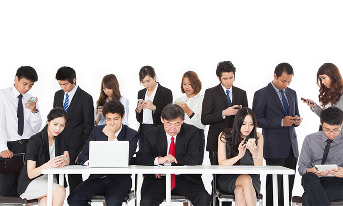 employees distracted at work on mobile devices