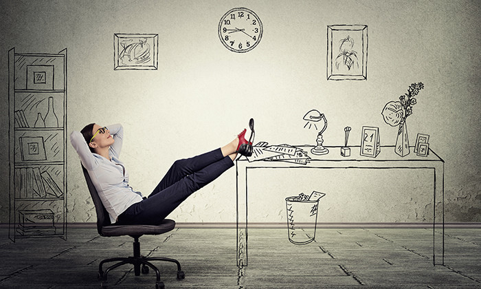 Employee procrastinating at desk, hr