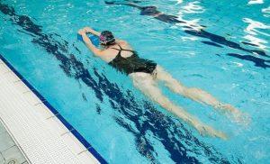 Gunakan Peralatan Pelampung Saat Berenang