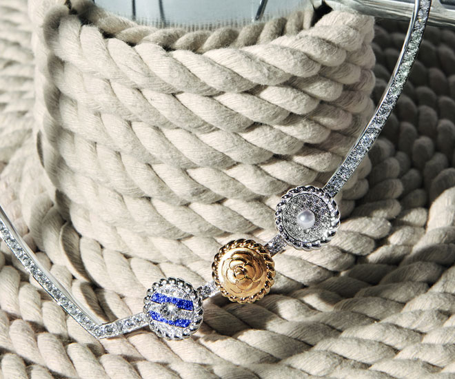 """Sailor Suit"" necklace in 18K yellow and white gold, with sapphires, diamonds and cultured pearl - Chanel ""Flying Cloud"" high jewelry collection. © CHANEL Haute Joaillerie"