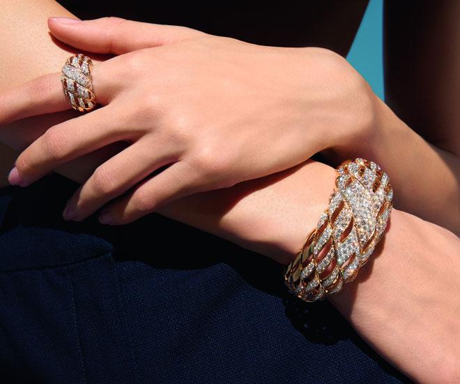 """Anello """"Sunny Rope"""" e braccialetto in oro giallo 18K e diamanti - Collezione di gioielli di alta qualità """"Flying Cloud"""" di Chanel.  © CHANEL Haute Joaillerie"""