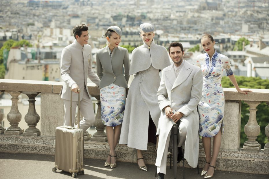 The Western-style draping of the new Hainan Airlines couture crew uniforms incorporates popular international fashion elements alongside a sense of high-quality professionalism.