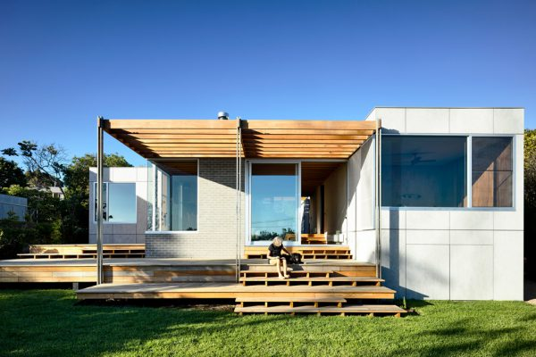 Located along the Melbourne coast, the Seaberg House is reminiscent of the classic Australian beach house with contemporary design