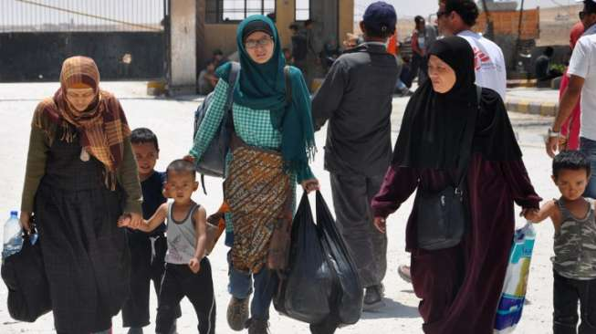 Leefa (berkerudung hijau), perempuan asal Indonesia yang tertipu propaganda ISIS untuk datang ke Raqa, Suriah. [Ayham al-Mohammad/AFP]