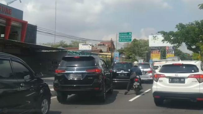 Aksi pemotor buka jalur ambulans ini bikin netizen kagum. [Aris Sriyono / Facebook]