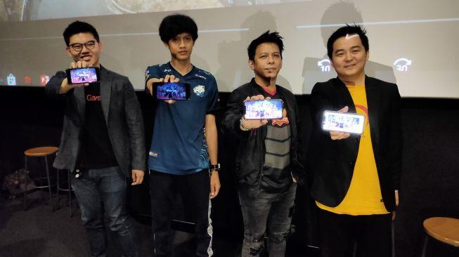 Ariel NOAH (kedua dari kanan) mengikutsertakan tim esports-nya, The Pillars di turnamen FFML Season 1 di Jakarta pada Selasa (14/1/2020). [Suara.com/Tivan Rahmat]