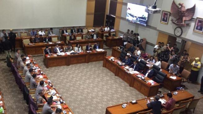 Ilustrasi rapat di komisi DPR RI. (Suara.com/Novian)