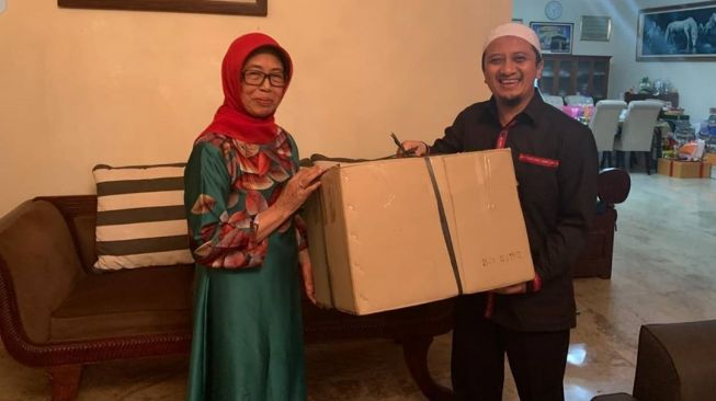 Ustaz Yusuf Mansur dan ibunda Presiden Jokowi, almarhumah Sujiatmi Notomiharjo. [Instagram]