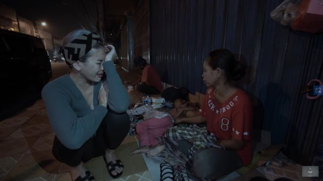 Nikita Mirzani sedih mendengar cerita sesorang ibu yang tidur di emperan. [YouTube Nikita Mirzani]