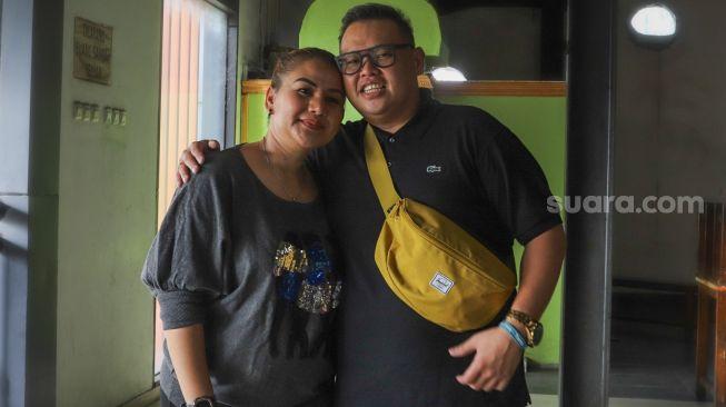 Presenter Reza Bukan bersama istrinya, Serevina Silaen berpose ketika difoto di Kawasan Tendean, Jakarta Selatan, Selasa (29/9). [Suara.com/Alfian Winanto]