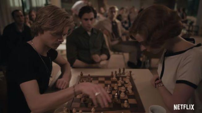 Rekomendasi series Netflix terbaik - The Queen's Gambit. (YouTube/Netflix)
