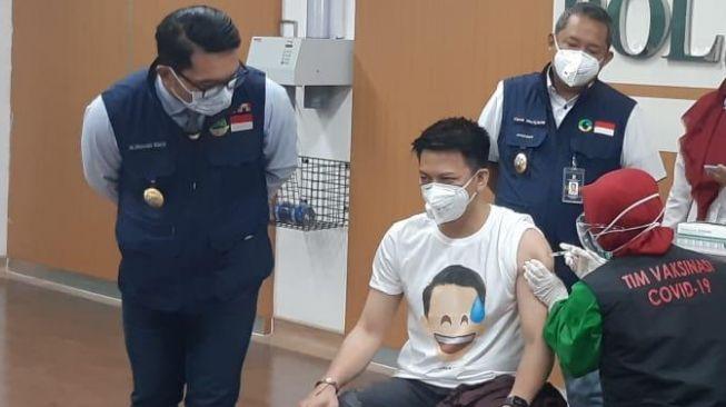 Gubernur Jawa Barat, Ridwan Kamil menyaksikan Aril Noah disuntik Vaksin Covid-19 di RSKIA Kota Bandung, Kamis (14/1/2021). [Suara.com/Emi La Palau]