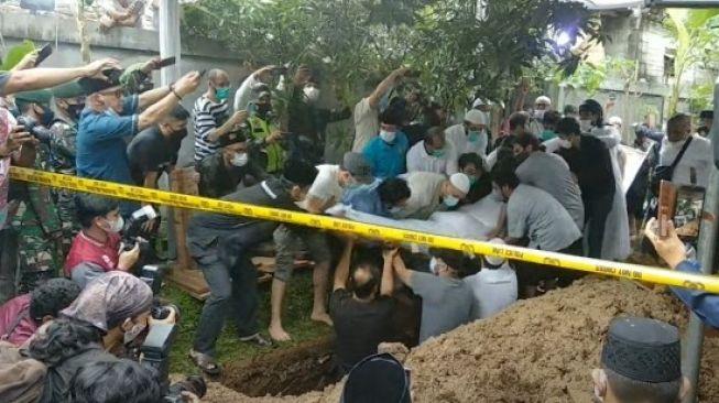Jasad Syekh Ali Jaber diturunkan ke liang lahad makam di Pesantren Tahfizh Daarul Quran di Jalan Ketapang Raya, Kelurahan Ketapang, Kecamatan Cipondoh, Tangerang.