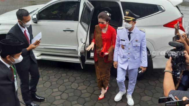 Gibran Rakabuming Raka dan Selvi Ananda tiba di Gedung DPRD Surakarta dengan mengendarai mobil Toyota Innova berwarna putih. [Suara.com/Ronald Seger Prabowo]