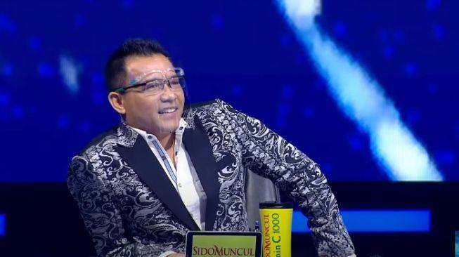 Anang Hermansyah saat melihat penampilan Krisdayanti di panggung Indonesian Idol. (YouTube)