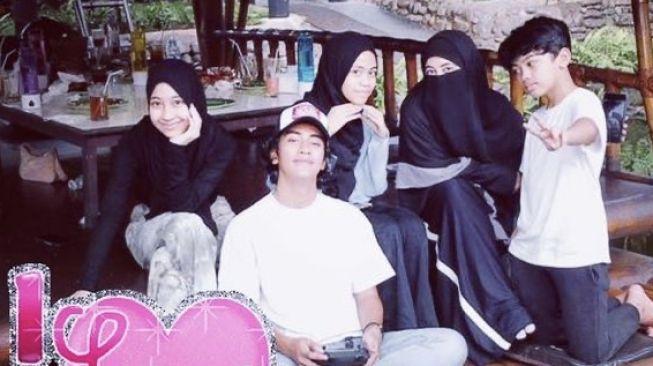Ummi Pipik dan anak-anaknya makan bersama di resto model saung [Instagram: _ummi_pipik_]