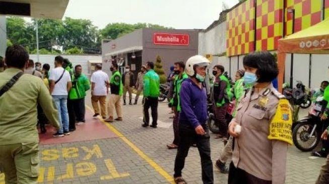 Petugas memberikan imbauan di McDonald's di Jalan Sisingamangaraja Medan. [Suara.com/M Aribowo]