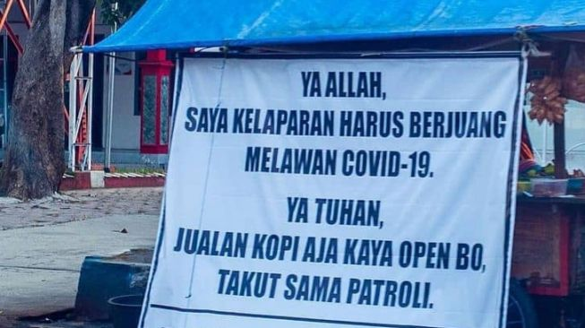 Viral banner angkringan jadi jeritan pedagang saat PPKM Darurat. (Twitter/jogmfs)